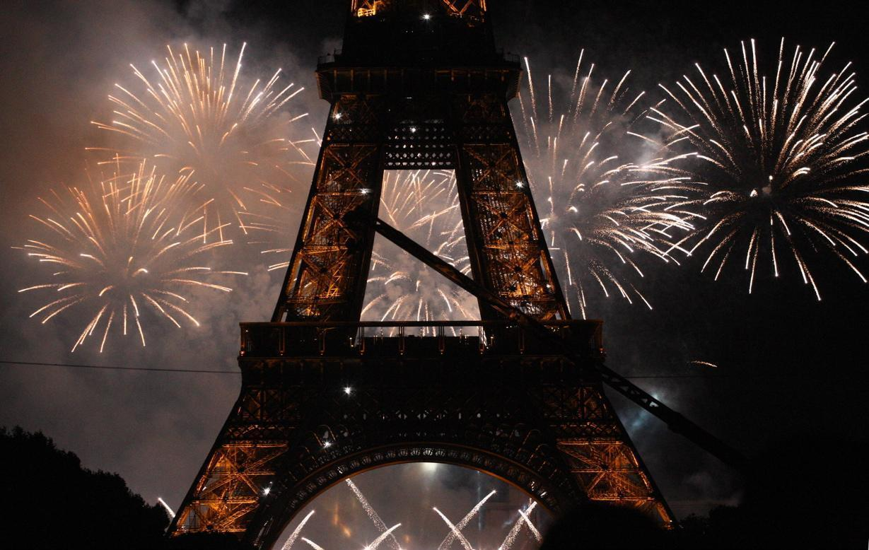 eiffel-tower-fireworks