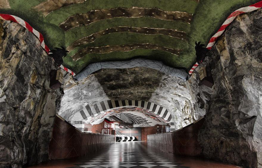 impressive-metro-subway-underground-stations-35__880